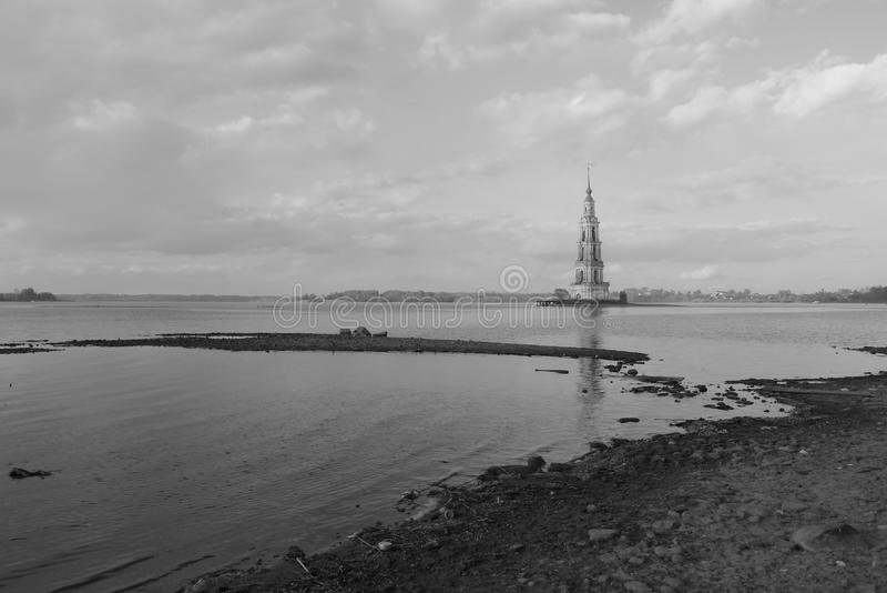 Översvämmad stad - konstgjord sjö i Ryssland royaltyfria bilder