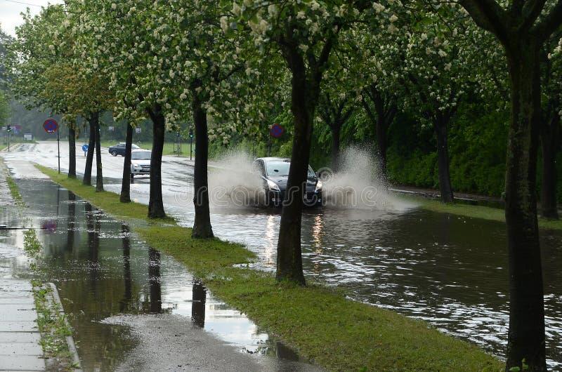 Download översvämmad väg redaktionell fotografering för bildbyråer. Bild av nederbörd - 76701959
