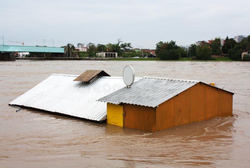 översvämmat hus arkivfoton