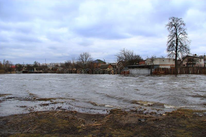Översvämning av floden i vår i stad under smältning av snö ointressant klimatkatastrof naturliga thailand arkivfoton