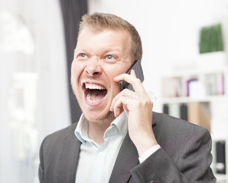 Översvallande ung man som ropar i reaktion till en appell royaltyfri bild