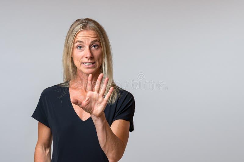 Övertalande bråkig kvinna som talar och gör en gest arkivbild