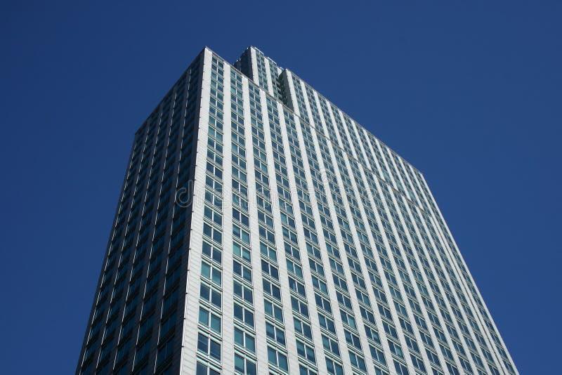 Överträffa av grå färgkontorsbyggnaden royaltyfria foton