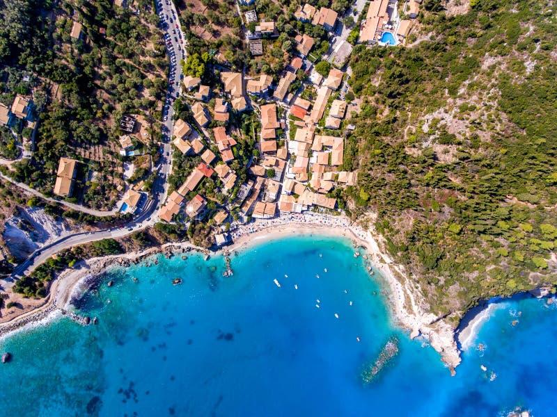Överträffa ner flyg- sikt av den Agios Nikitas byn och sätta på land i Lefka fotografering för bildbyråer