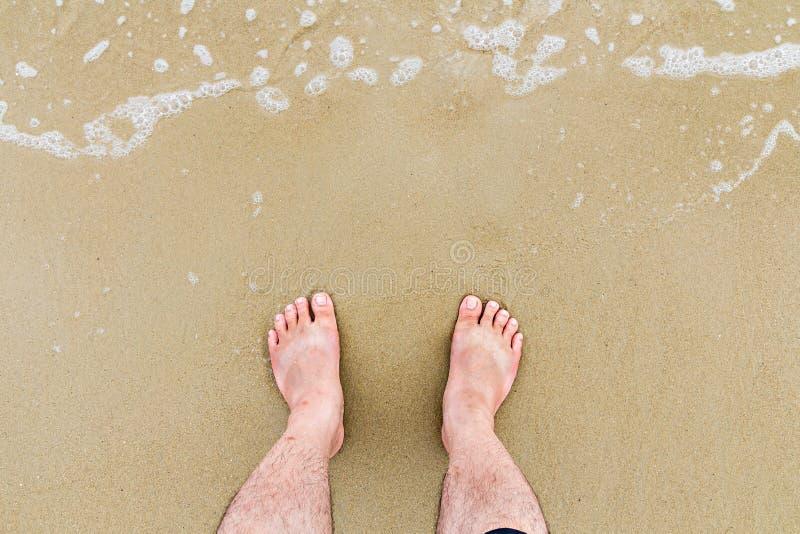 Överträffa ner sikt av fot på stranden royaltyfri foto