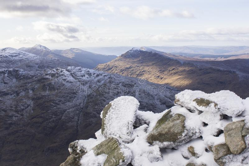 Is överträffade berg i Skottland royaltyfri bild