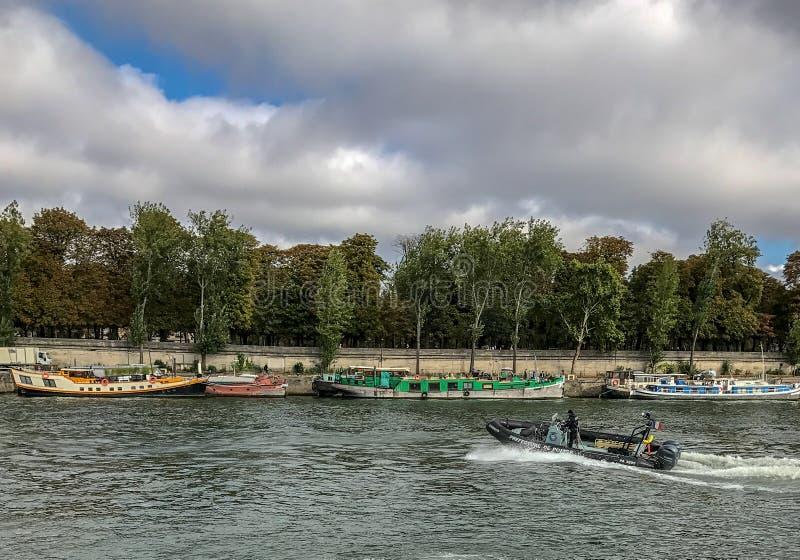 Övervaka lanseringen på Seinen på ett September söndag fotografering för bildbyråer