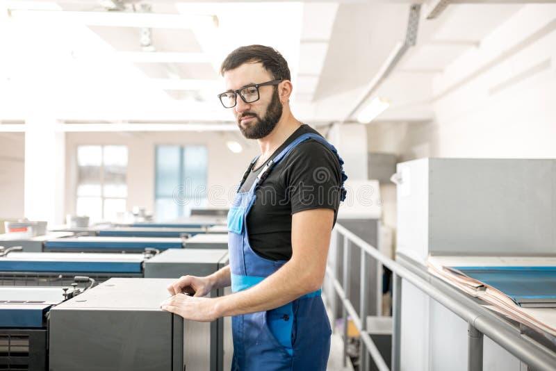 Övervaka maskinen för offset- printing på tillverkningen royaltyfri foto