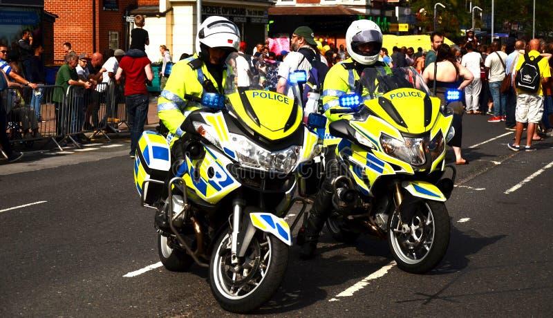 Övervaka motorcykeln som stänger sig av vägen, allmänhetens säkerhet, viktig händelse royaltyfri fotografi