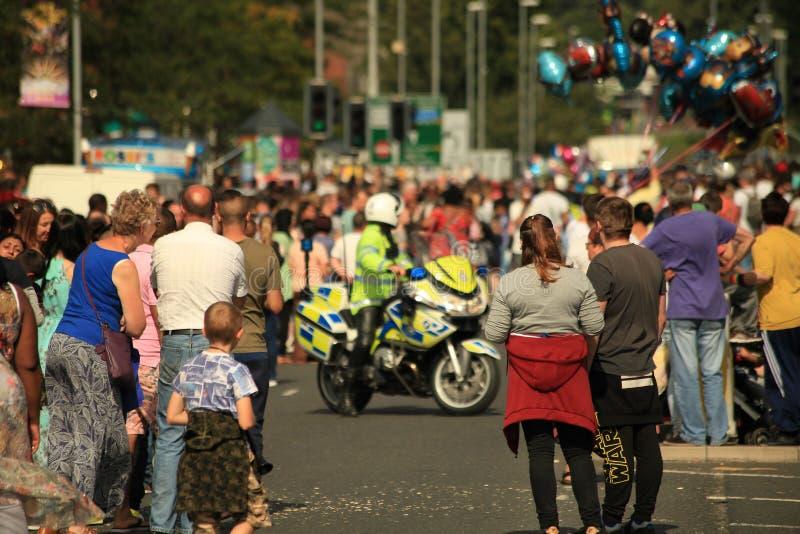 Övervaka motorcykeln som stänger sig av vägen, allmänhetens säkerhet, viktig händelse royaltyfria bilder
