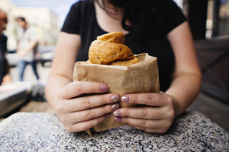 Överviktig kvinna som äter gifflet på tabellen i kafé fotografering för bildbyråer