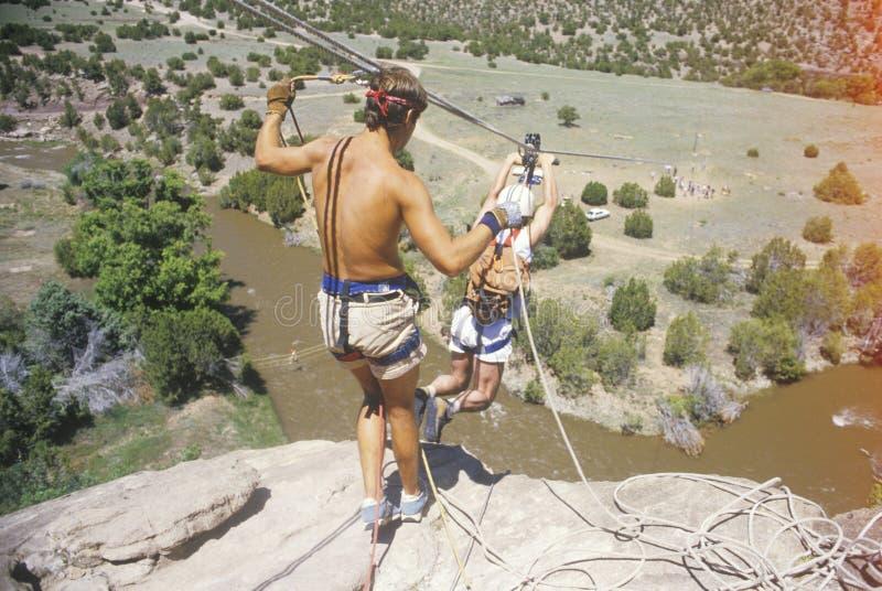 Övervinna skräck, genom att ta en hoppa av tro i Sante Fe New Mexico royaltyfri fotografi