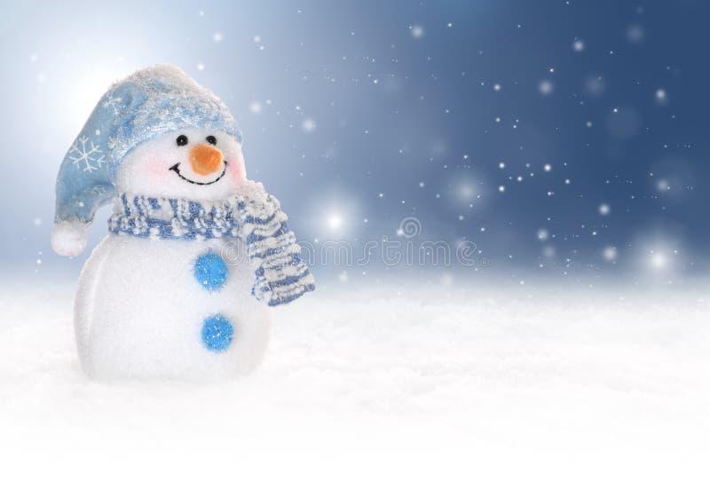 Övervintra bakgrund med en snowman, en snow och snowflakes arkivbild