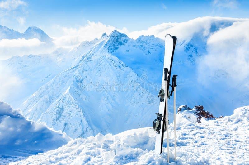 Övervintra berg och skida utrustning i snön royaltyfria foton