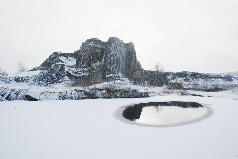 Övervintra den basaltbildandePanska skalaen, nära Kamenicky Senov i Tjeckien arkivfoton