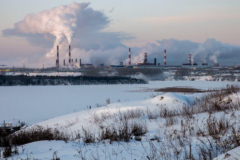 Övervintra den snöig dagen som röker lampglas av ett industriellt landskap arkivbild