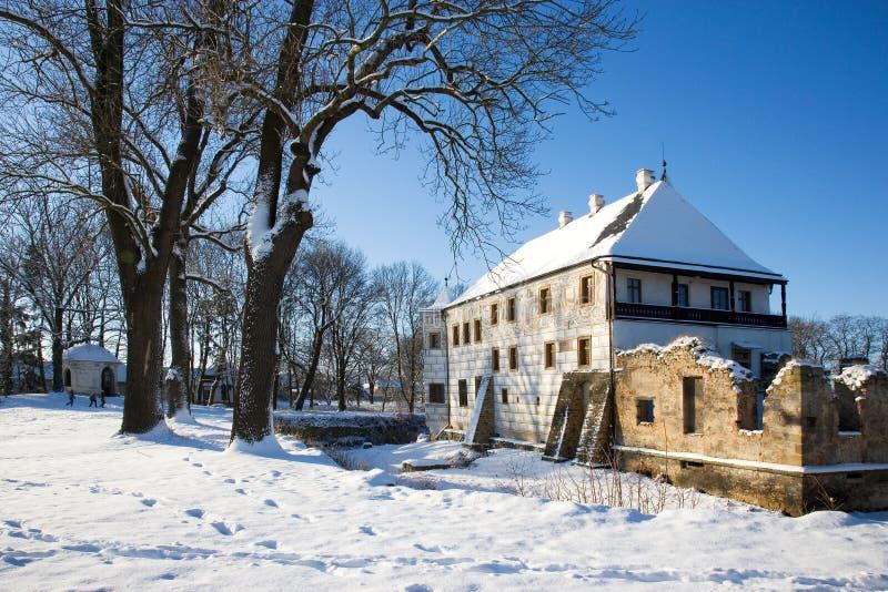 Övervintra den snöig renässansslotten i Prerov nad Labem, centrala Boh arkivfoto