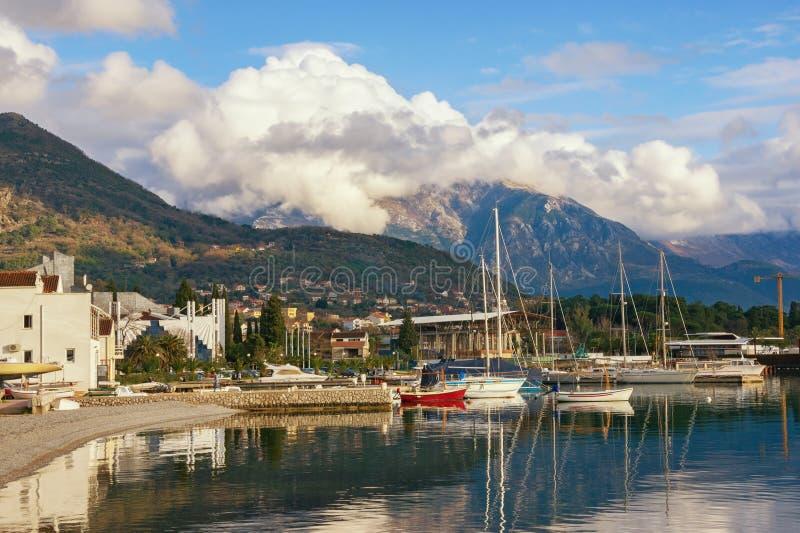Övervintra det medelhavs- landskapet med det vita molnet överst av berg Montenegro sikt av port i den Tivat staden royaltyfri fotografi