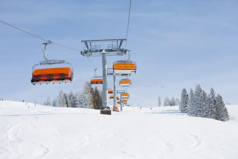 Övervintra det snöig landskapet av en skida som är areal i Österrike arkivbild