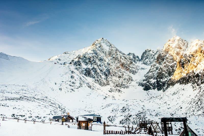 Övervintra det snöig landskapet med berg som är fulla av snö Härligt landskap i bergen på en skidåkning för solig dag fotografering för bildbyråer
