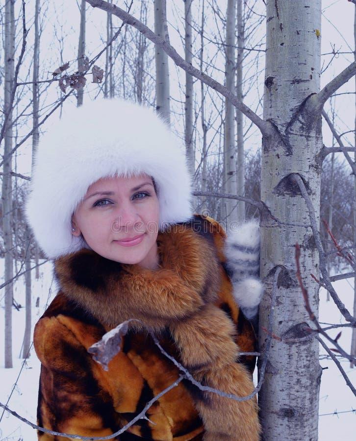 Övervintra en personer för rolig modell för skog lyckliga som naturen parkerar kläder som ler för utomhus- päls för snö för kvinn arkivfoto