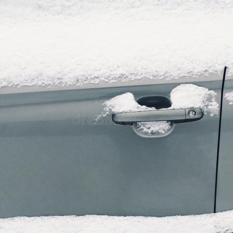 Övervintra frysa bilen, fryst handtagdörrmedel arkivbilder