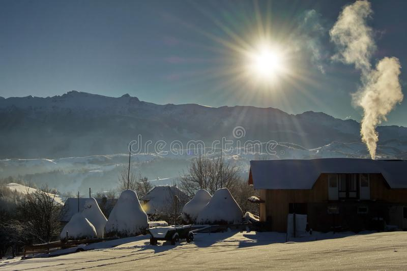 Övervintra i den Pestera byn, den Piatra Craiului nationalparken, Brasov, Rumänien arkivfoton