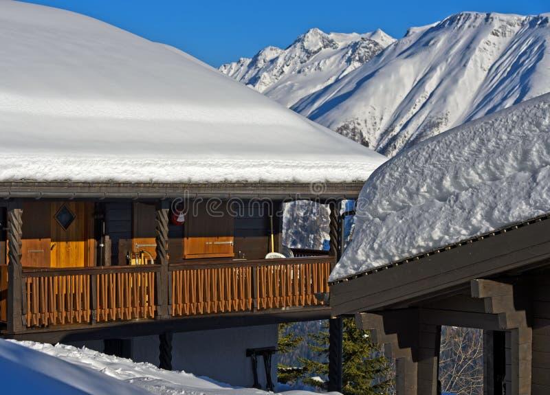 Övervintra i en bergby i de schweiziska fjällängarna royaltyfri bild