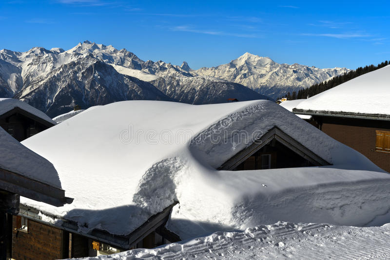 Övervintra i en bergby i de schweiziska fjällängarna arkivfoton