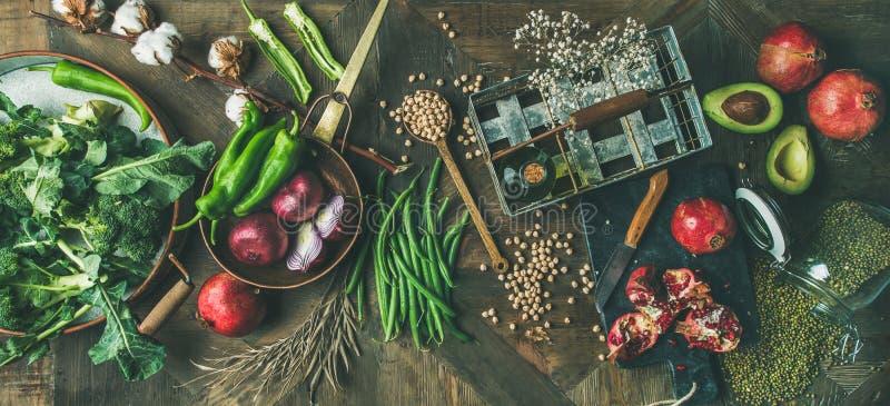 Övervintra ingredienser för vegetarian- eller strikt vegetarianmatmatlagning över träbakgrund arkivbild