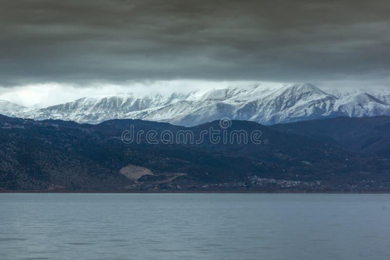 Övervintra landskapet av berget för sjön Pamvotida och Pindus från stad av Ioannina, Epirus, Grekland arkivfoton