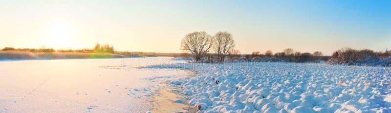 Övervintra landskapet med floden i frostig dag arkivbild
