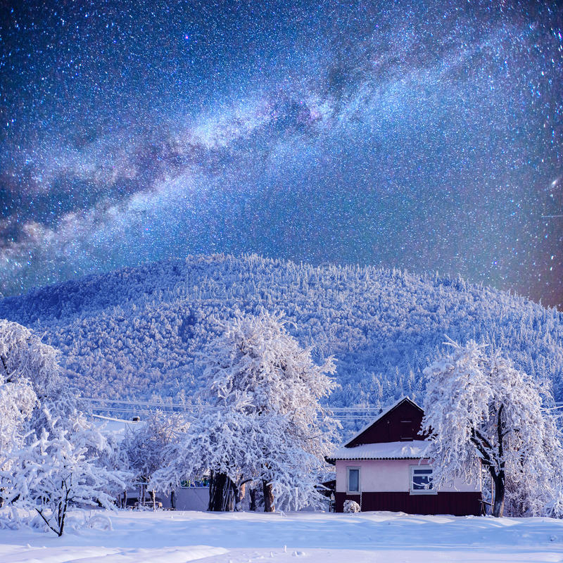 Övervintra landskapet med insnöade berg Carpathians, Ukraina starry sky fotografering för bildbyråer