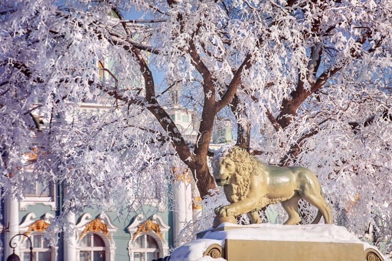 Övervintra landskapet med lejonet i St Petersburg, Ryssland royaltyfria foton
