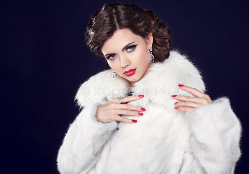 Övervintra modekvinnan i pälslaget, elegant brunettdamstående royaltyfri fotografi