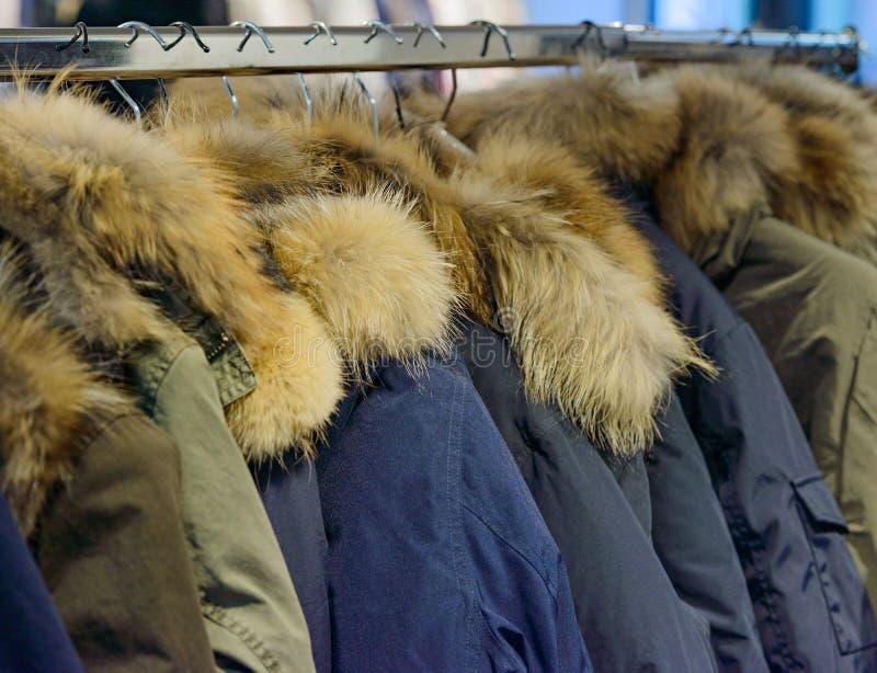 Övervintra omslaget i vintern Sale på en kläderkugge arkivfoto