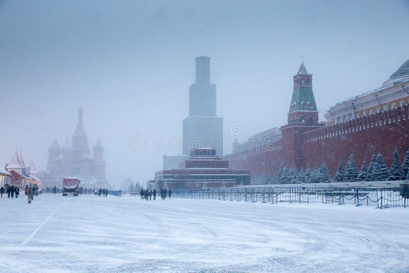 Övervintra på den röda fyrkanten med domkyrkan av Sankt basilika den välsignad och Lenin mausoleet royaltyfri bild