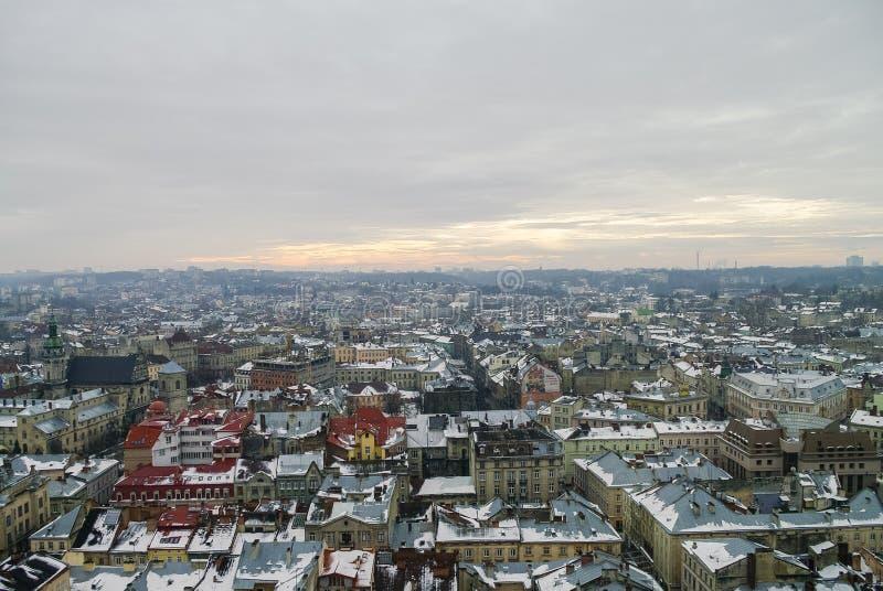 Övervintra panorama av Lviv täckte vid snö, Ukraina Lviv & x28; Lvov& x29; , Ea royaltyfri foto