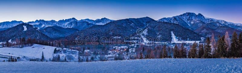 Övervintra panorama i Zakopane på soluppgång, det Tatra berget arkivfoton