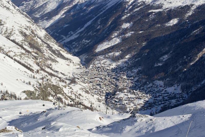 Övervintra sikten av dalen och staden av Zermatt royaltyfri foto
