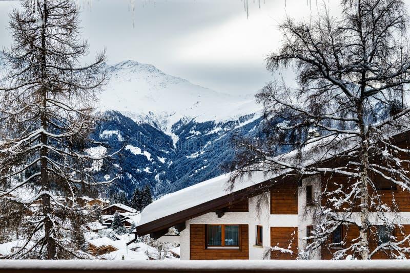 Övervintra sikten på dalen i schweiziska fjällängar, Verbier, Schweiz arkivfoto