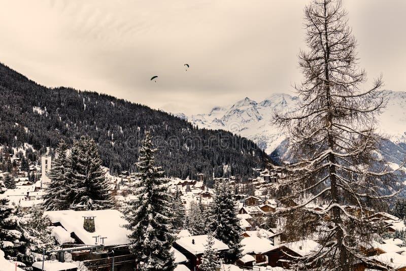 Övervintra sikten på dalen i schweiziska fjällängar, Verbier, Schweiz royaltyfri bild