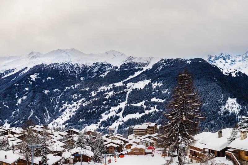 Övervintra sikten på dalen i schweiziska fjällängar, Verbier, Schweiz royaltyfria foton
