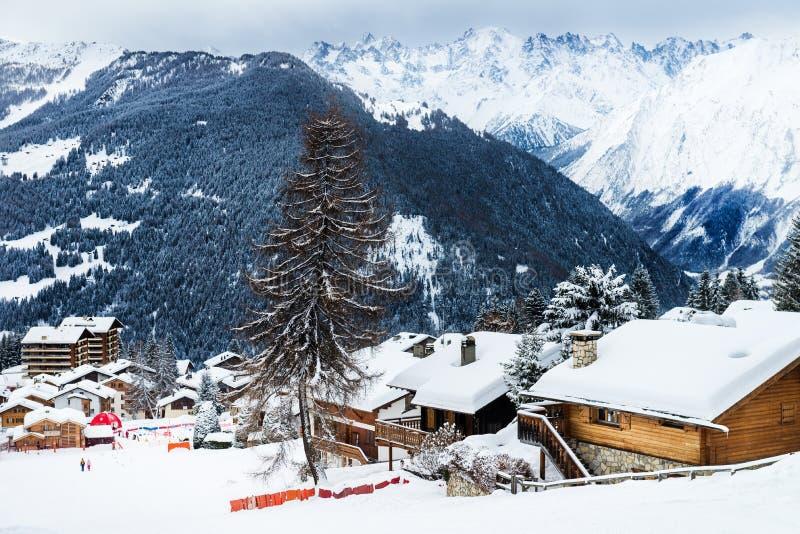 Övervintra sikten på dalen i schweiziska fjällängar, Verbier, Schweiz arkivfoton