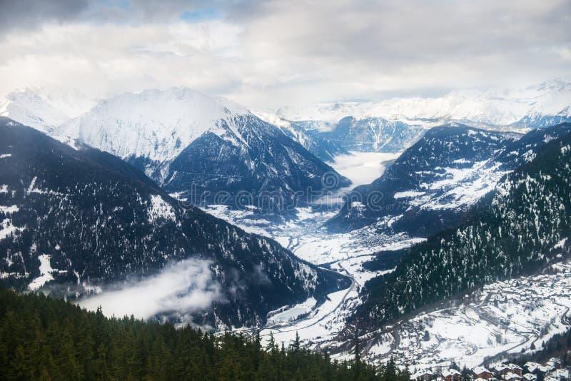 Övervintra sikten på dalen i schweiziska fjällängar, Verbier, Schweiz royaltyfri fotografi