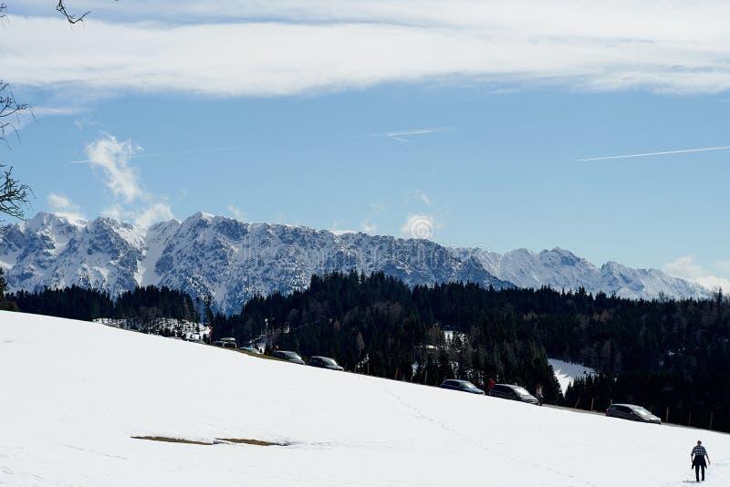 Övervintra snö täckte bergmaxima i Europa nära spitzsteinen - gogglalm Tirol arkivbilder