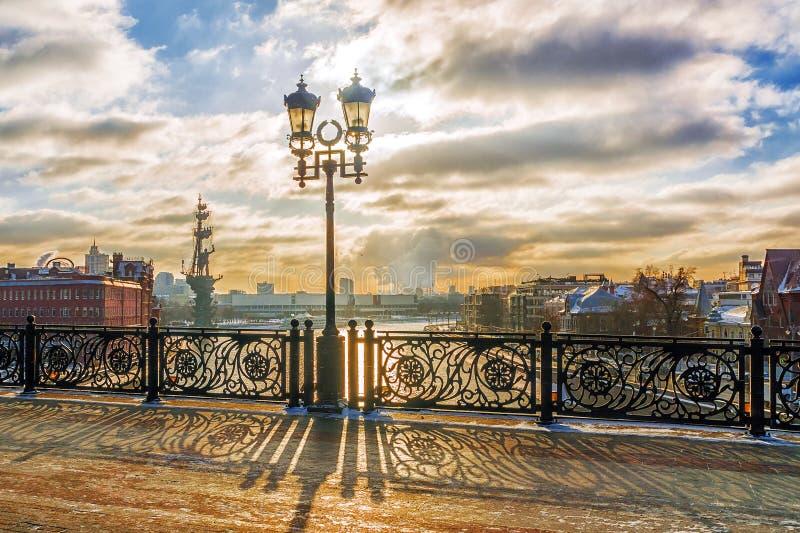 Övervintra solnedgången på den patriark- bron i Moskva royaltyfri bild