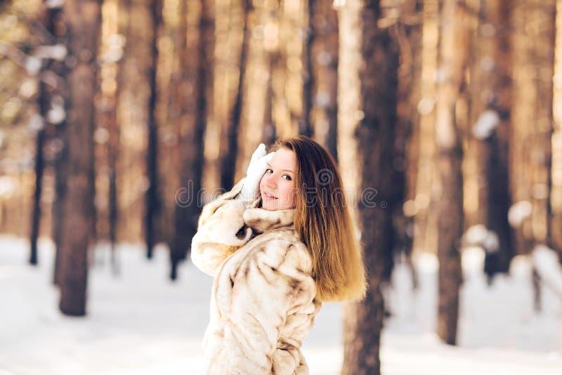 Övervintra ståenden av det bärande pälslaget för den unga härliga kvinnan Begrepp för mode för snövinterskönhet royaltyfria bilder