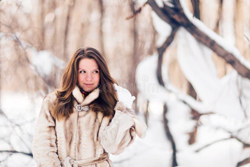 Övervintra ståenden av det bärande pälslaget för den unga härliga kvinnan Begrepp för mode för snövinterskönhet royaltyfri fotografi