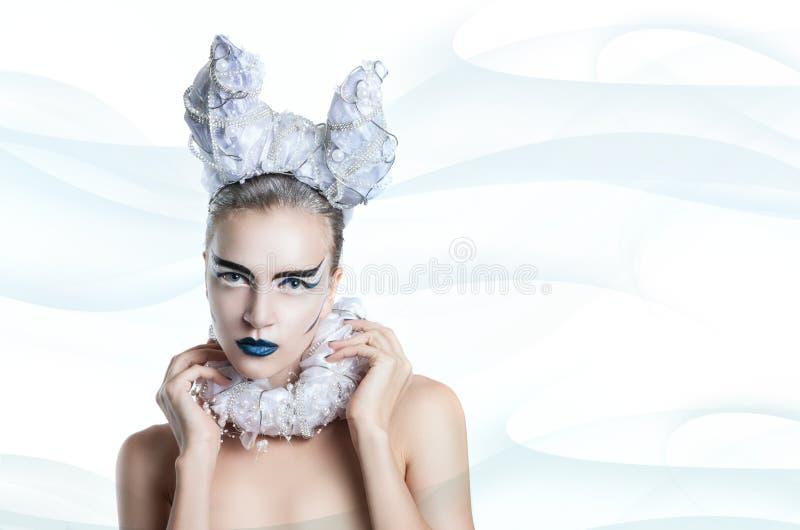 Övervintra ståenden av en kvinna med idérik makeup royaltyfria foton